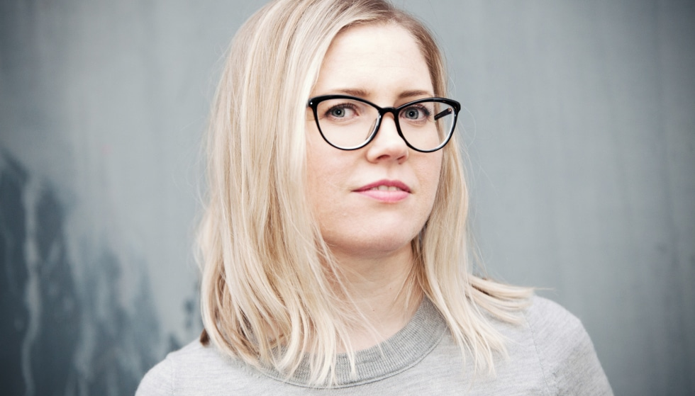 Bilde av Karen Havelin, en ung og blond kvinne med briller.